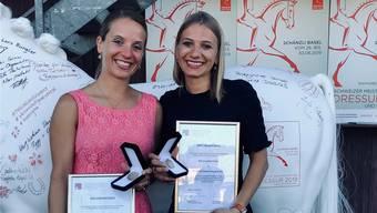 Carla (l.) und Simona Aeberhard mit ihrer Auszeichnung.