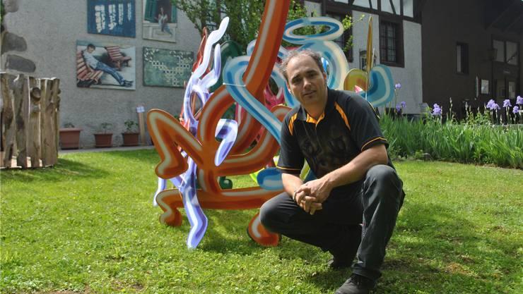 Der Freiämter Pirmin Breu bereicherte die Gruppenausstellung mit einer schwungvollen, farbenfrohen Installation. Susanna Vanek