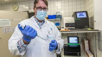 Adrian Egli leitet die Abteilung Mikrobiologie am Basler Unispital. In seiner neuen Studie gibt er Hinweise dazu, wie eine Impfstrategie den grössten Effekt haben könnte.