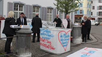 Gegner der Deponien in Zwingen und Blauen demonstrierten vor der gestrigen Landratssitzung in Liestal.