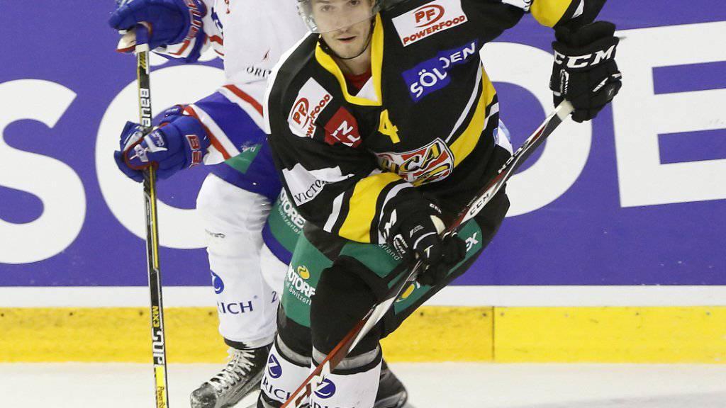 Jonathan Hazen (vorne) brillierte im ersten Saisonspiel von Ajoie mit drei Skorerpunkten