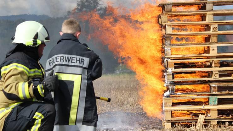 Auch Kinder durften sich im Feuerlöschen üben.