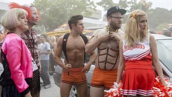 """Ist der Zeitmangel Schuld an seinem Beziehungsende? Der Schauspieler Zac Efron (Mitte) stand mit Kollege Seth Rogen (2.v.r.) für """"Neighbors 2"""" vor der Kamera, und dreht aktuell für den """"Baywatch""""-Kinofilm.  (Universal Pictures)"""