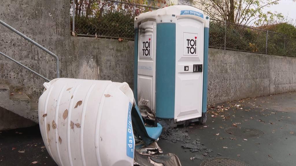 Brennende ToiTois und Abfallcontainer: Polizei meldet 100 Einsätze in der Halloweennacht