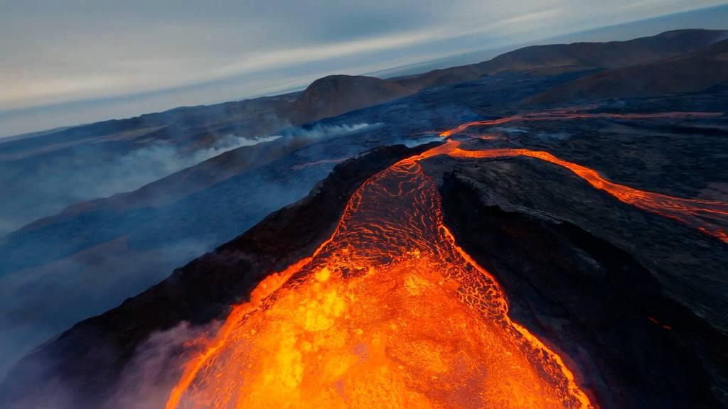 Unglaublicher Drohnenflug über einen aktiven Vulkan