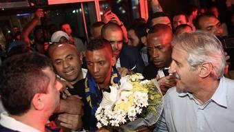 Nani wird am Flughafen von den Fans begeistert empfangen