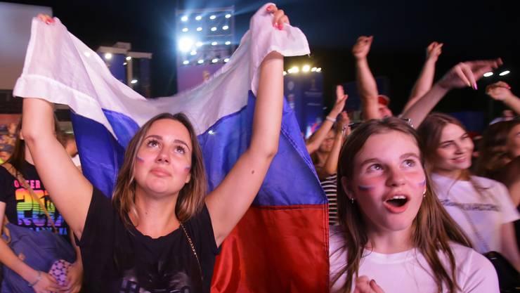 Die russischen Fans feiern in den Strassen von St. Petersburg die ganze Nacht hindurch.