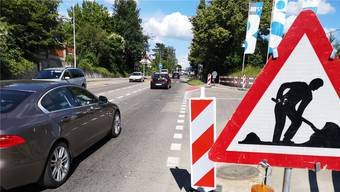 Beim Knoten Hendschiker-/Neuhofstrasse werden die Werkleitungen neu gebaut (Markierungen auf dem Asphalt).