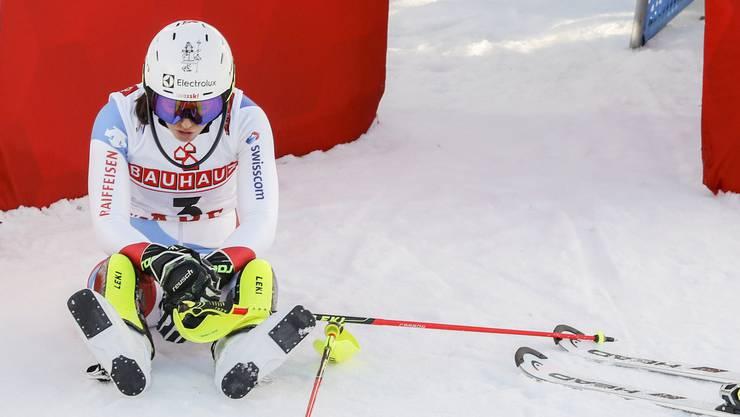 Wendy Holdener sitzt enttäuscht am Boden: Der Medaillentraum im Slalom ist geplatzt.