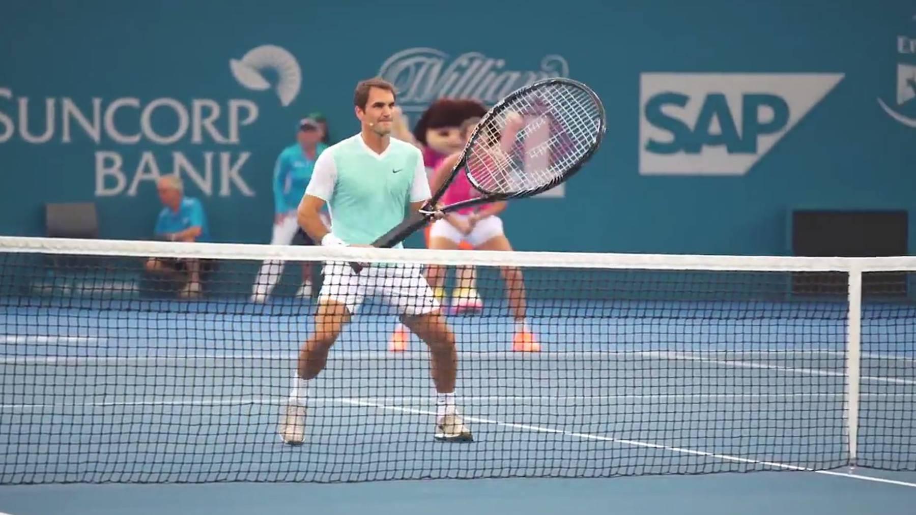 Roger Federer hat seine liebe Mühe mit dem Riesen-Racket (Screenshot)