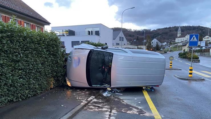 Gebenstorf AG, 29. Dezember: Sekundenschlaf führte zu einem Selbstunfall. Dabei entstand beträchtlicher Schaden an einer Liegenschaft sowie Totalschaden am Auto.