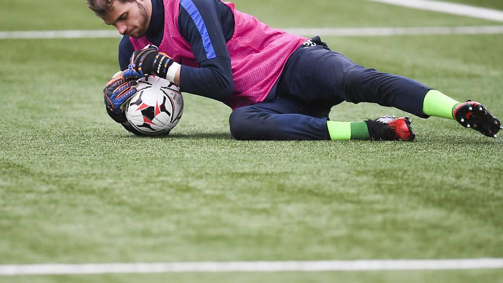 Zürichs Torhüter Yannick Brecher hält den Ball fest. (Archivaufnahme)