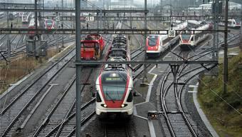 Vor der Einfahrt in den Basler Bahnhof SBB warten die Züge. Das Herzstück soll mehr Platz für Fern-, Nah- und Güterverkehr schaffen. Keystone