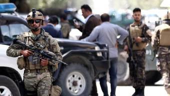 Afghanische Soldaten sichern die Strassen rund um die irakische Botschaft nach dem Anschlag.