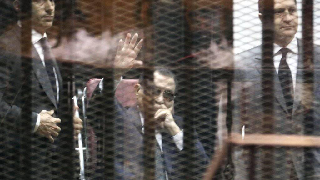 Husni Mubarak (C)mit seinen Söhnen  Gamal Mubarak (L) und Alaa Mubarak (Archiv)