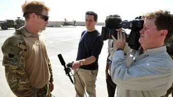 Prinz Harry (links) bei einem TV-Interview während seines Einsatzes in Afghanistan (Archiv)