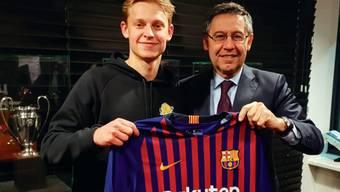 Barcelonas Präsident Josep Maria Bartomeu posiert mit Frenkie de Jong.