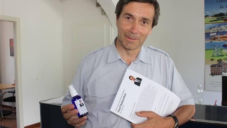 Josef Rothenfluh ist wieder als Wahlkämpfer unterwegs, diesmal mit Hand-Desinfektionsmittel.