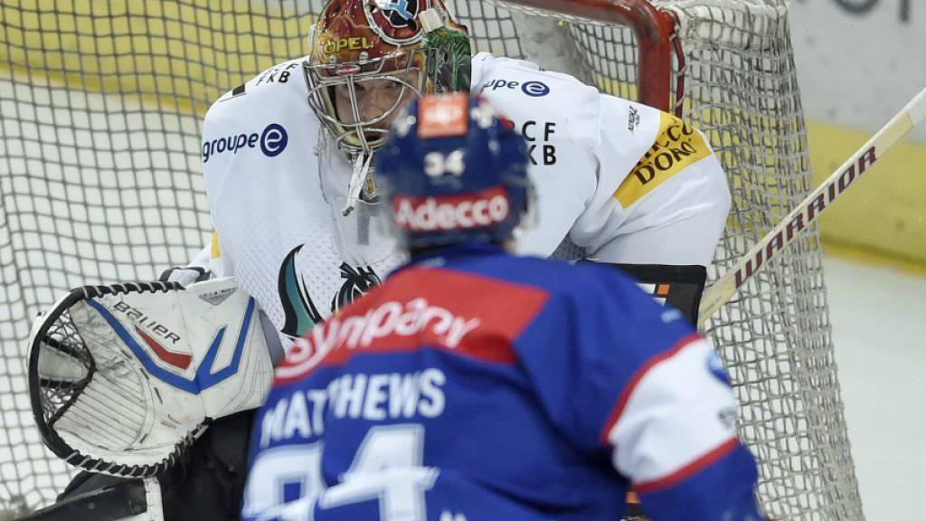 Doppeltorschütze Auston Matthews erzielt das 1:0 gegen Fribourgs Hüter Benjamin Conz