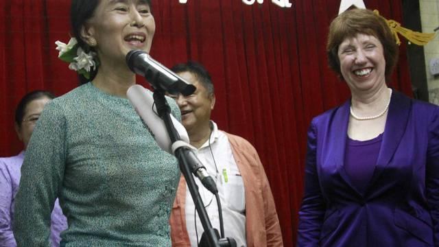 Die EU-Aussenbeauftragte Catherine Ashton (r.) während der Medienkonferenz mit Oppositionspolitikerin Aung San Suu Kyi in Rangun