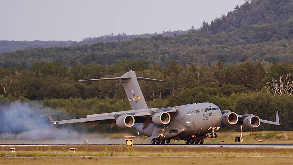 Ein Transportflugzeug mit aus Afghanistan ausgeflogenen Menschen landet auf der Ramstein Air Base im Südwesten Deutschlands. Die USA nutzen nun auch ihren weltweit größten Luftwaffenstützpunkt ausserhalb der Heimat als Drehkreuz für die Evakuierung von Schutzsuchenden aus Afghanistan.