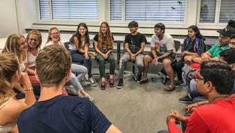 Die Schüler aus Wohlen und Indien diskutieren angeregt die Themen Diskriminierung und Gleichberechtigung miteinander.