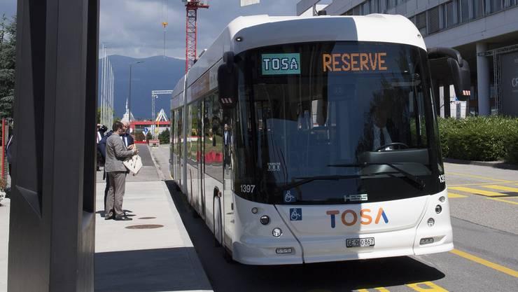 Ein Tosa-Bus an einer Genfer Haltestelle mit einer Schnellladestation.