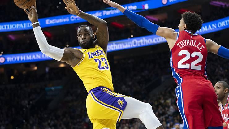 LeBron James (links) von den Los Angeles Lakers passt den Ball zu einem Mitspieler