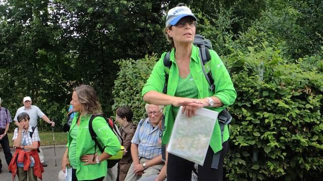 Wanderleiterin Silvia Hochstrasser erzählt die Sage, wie die Pappeln an die Flüsse kamen, und vergleicht die Bünz mit der Po-Ebene.