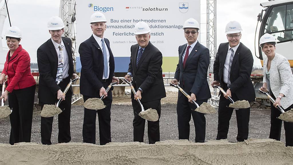 Schweizerische und amerikanische Politik- und Wirtschaftsprominenz beim Spatenstich der Biogen-Fabrik in Luterbach SO im Jahr 2016. Darunter befand sich auch Ex-Wirtschaftsminister Johann Schneider-Ammann (Mitte). (Archivbild)