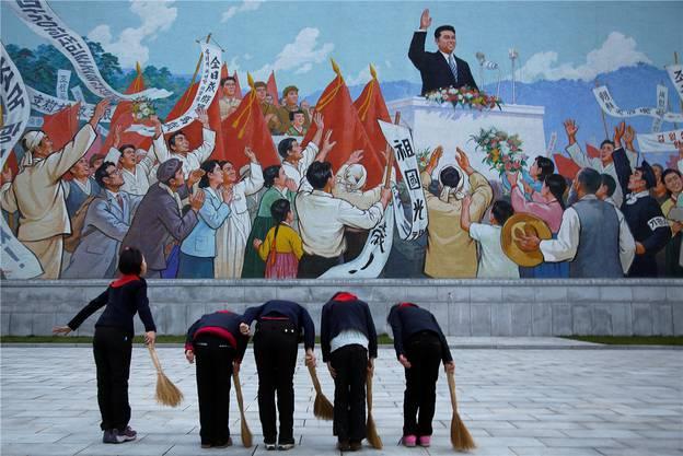 Schulmädchen verneigen sich in Pjöngjang vor einem Wandbild des verstorbenen Führers Kim Il Sung. Wong Maye-E/key