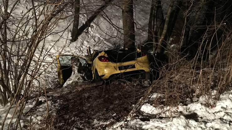 Der Opel Corsa kam von der Strasse ab und stürzte das Bachbett hinunter.
