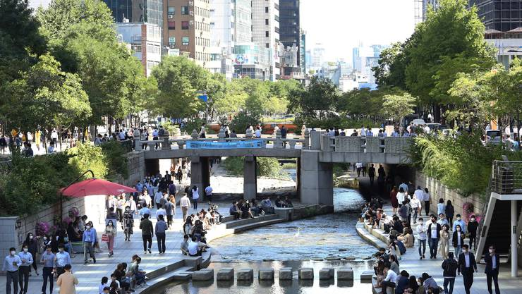 Musterschüler in der Pandemie: In Südkoreas Hauptstadt Seoul ist das Maskentragen normal - nicht erst seit Covid-19.