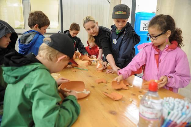 An anderen Stationen des Workshops können die Kinder spielerisch noch mehr über die Arbeit der Archäologen erfahren: wie die Restauratoren Gefässe zusammensetzen oder wie die Forscher im Labor unter der Lupe botanische und zoologische Reste aus römischer und jüngerer Zeit betrachten.