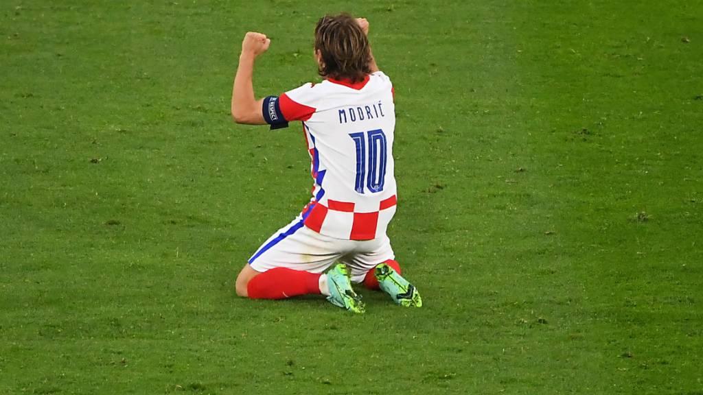 Kniefall vom statt für den Matchwinner: Luka Modric feiert den Achtelfinal-Einzug Kroatiens