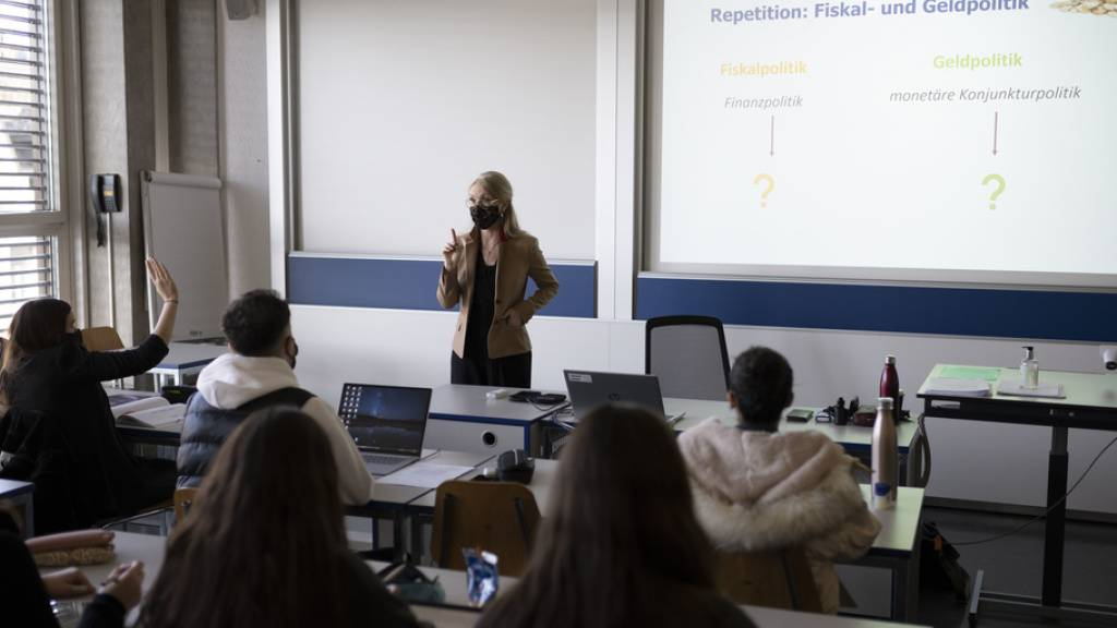 Unterricht am KV Zürich im März 2021: Für Lehrabgänger ist es auf dem Arbeitsmarkt coronabedingt etwas schwieriger geworden - die Jugendlichen bleiben optimistisch. (KEYSTONE/Christian Beutler)