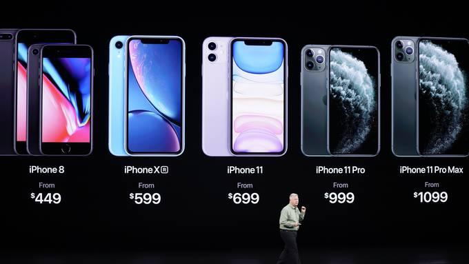 Apples Marketingchef Phil Schiller vor dem neuen iPhone-Portfolio.