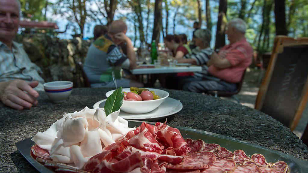 Schweizer Männer sind Fleischesser: Sie verspeisen pro Woche fast ein Kilogramm Fleisch und Würste und damit annähernd doppelt so viel wie Frauen. (Archivbild)
