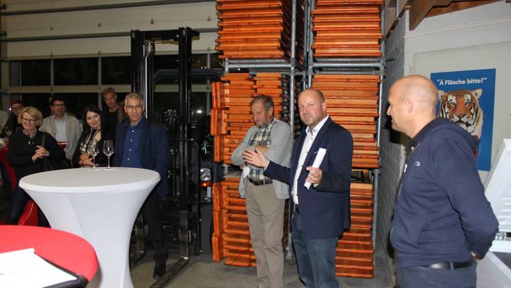 Von rechts: John Traub, Peter Traub und Peter Traub sen. luden Grenchner Gewerbevertreter zur Firmenbesichtigung