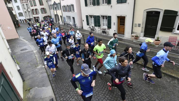 Die Läufer nach dem Start in der Aarauer Altstadt