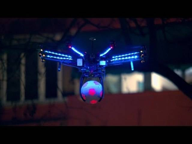 Futuristisch: Pepsi spielt Drohnen-Fussball.