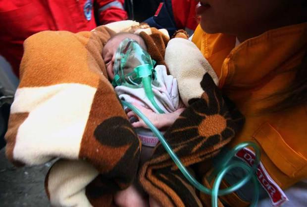 Baby wird zwei Tage nach Beben aus Trümmern gerettet