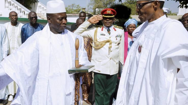 Gambias Noch-Präsident Yahya Jammeh empfängt den nigerianischen Präsidenten Muhammadu Buhari - Buhari versuchte am Freitag in Gambia zu vermitteln, weil Jammeh die Machtübergabe an seinen demokratisch gewählten Nachfolger verweigert.