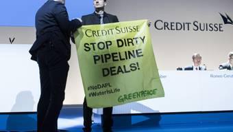 Greenpeace-Aktivisten protestieren an der Credit-Suisse-GV gegen die Rolle der Grossbank bei der Finanzierung einer umstrittenen Pipeline in den USA.