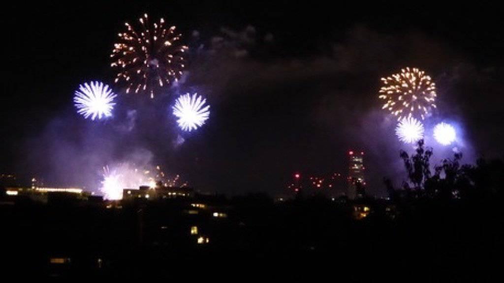 Das Basler 1. August-Feuerwerk über dem Rhein wird von zwei Schiffen aus gestartet; die Bilder sind so fast synchron doppelt.