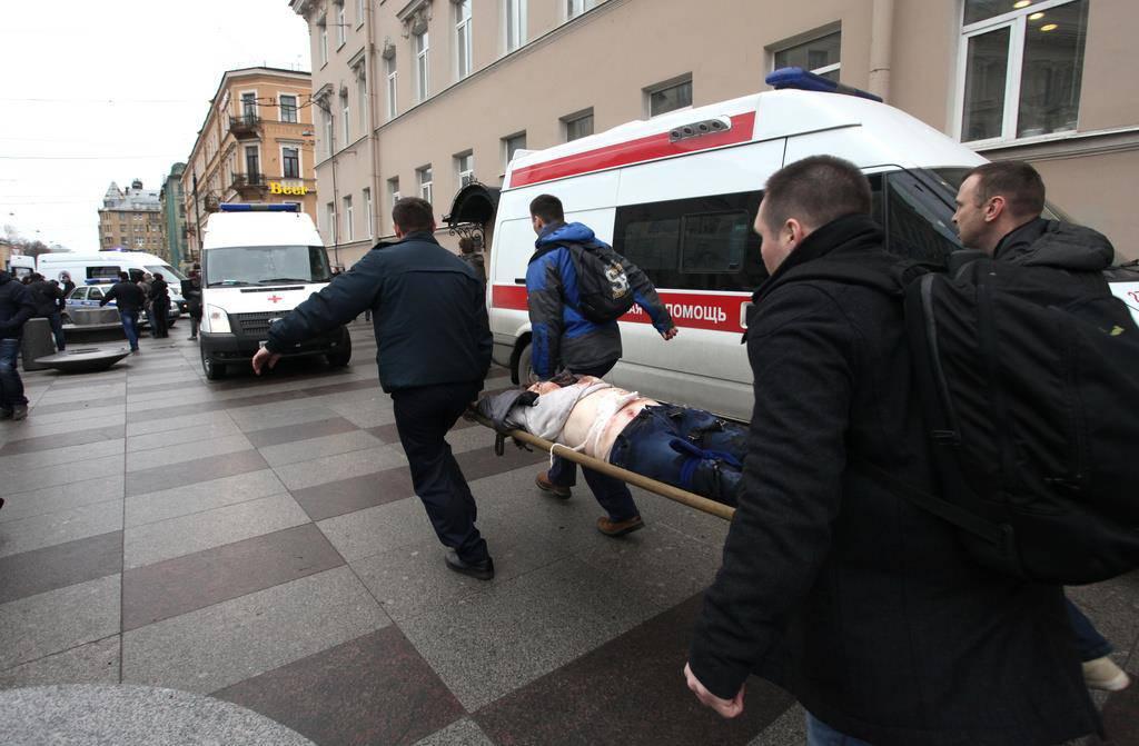 Nach der Explosion werden die Verletzten abtransportiert. (© Keystone)