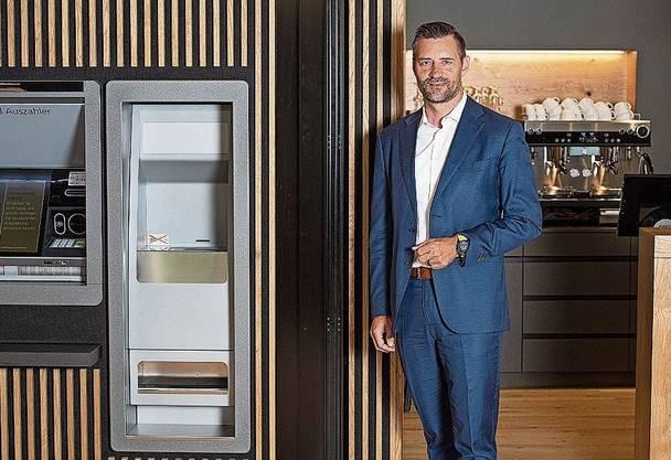 Wenn die Bank auch Café ist: Stefan Schenkel, Leiter der Raiffeisenbank Lenzburg-Aarau, im Kundenempfang in Aarau.