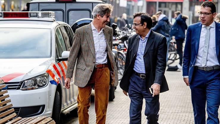 Gegen seinen Willen ausgereist: Der Blasphemie-Anwalt Saif-ul-Malook (Mitte) erhebt Vorwürfe gegen die UNO und die EU.
