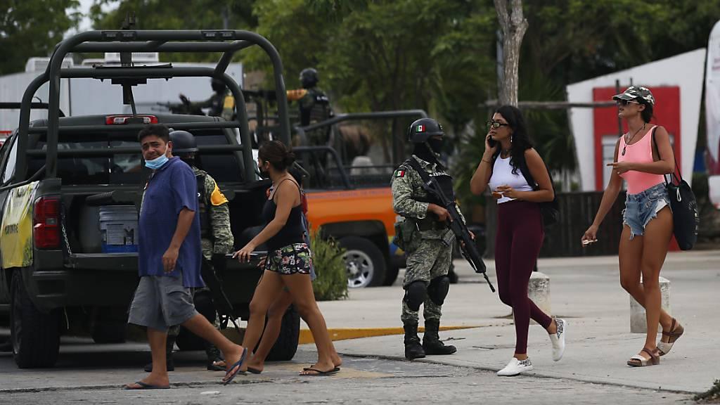 Soldaten stehen Wache auf einer Straßen von Tulum vor der Ankunft des Hurrikans «Grace». Nach Angaben des staatlichen Stromanbieters CFE hat der Hurrikan auf der bei Urlaubern beliebten Halbinsel Yucatán weitreichende Stromausfälle verursacht. Mehr als 180 000 Anschlüsse seien davon betroffen. Foto: Marco Ugarte/AP/dpa
