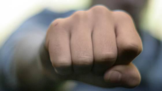 Nach der Auseinandersetzung schlug der Unbekannte auf den Fahrgast ein. In Olten verliess er den Zug. (Symbolbild)